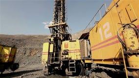 Le panorama de foret de mine, plate-forme de forage industrielle dans une carrière, grande foreuse clips vidéos