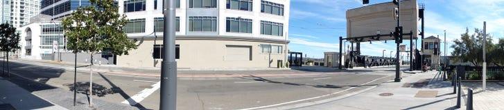Le panorama de la 4ème rue et le pont dans la mission aboient Photographie stock libre de droits