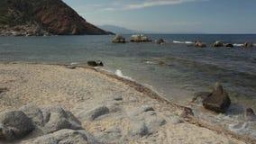 Le panorama de la plage de Cala SA Figu avec le mouvement de la mer ondule banque de vidéos
