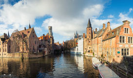 Le panorama de la ville belge antique de Bruges, donnant sur le canal, les mouettes et Belfort dominent Photo stock