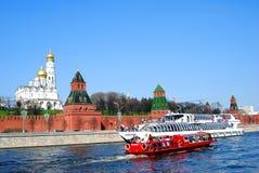 Le panorama de Moscou Kremlin, deux bateaux croisent sur la rivière. Photo stock