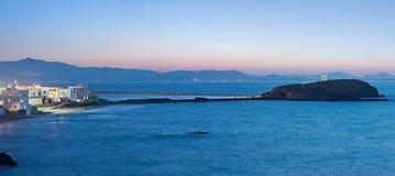 Le panorama de nuit de la chaussée de Naxos à Palatia avec Portara en Grèce Images stock