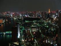 Le panorama de nuit de la ville de Tokyo avec des gratte-ciel et Tokyo aboient Images libres de droits