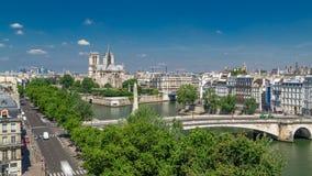 Le panorama de Paris avec citent le timelapse de Notre Dame de Paris d'île et de cathédrale de l'observation d'institut du monde  banque de vidéos