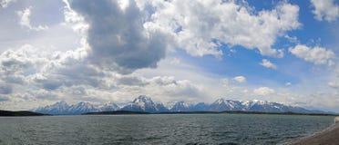Le panorama du bâti Moran et Teton grand fait une pointe sous des cumulus chez Jackson Lake en parc national grand de Teton au Wy Photo libre de droits