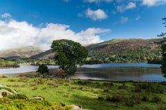 Le panorama du lac et de l'entourage Grasmere abat Photos stock