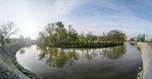 Le panorama du parc de Wroclaw et de la rivière d'Odra photo stock