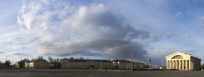 Le panorama du paysage urbain avec le ciel nuageux Images libres de droits