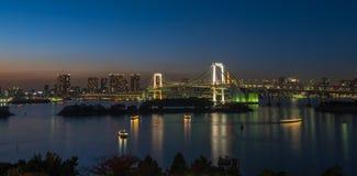 Le panorama du pont en arc-en-ciel et Tokyo aboient, le Japon Images stock
