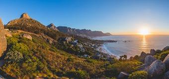 Le panorama du ` s de 12 apôtres et de lion se dirigent au coucher du soleil Photos stock