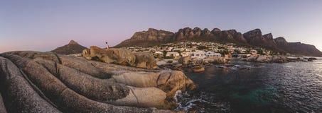 Le panorama du ` s de 12 apôtres et de lion se dirigent au coucher du soleil Image libre de droits