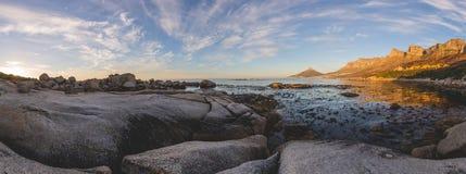 Le panorama du ` s de 12 apôtres et de lion se dirigent au coucher du soleil Photo stock