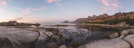 Le panorama du ` s de 12 apôtres et de lion se dirigent au coucher du soleil Photographie stock libre de droits