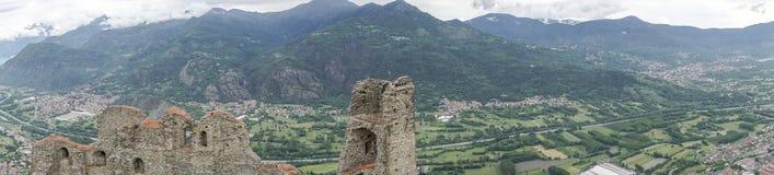 Le panorama du Val de Suse a regardé de Sacra di San Michele de pie Photographie stock libre de droits