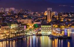 Le panorama fendu stupéfiant de bord de mer de ville la nuit, DalmAmazing a dédoublé le panorama de bord de mer de ville la nuit, image libre de droits