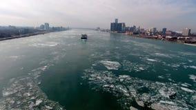 Le panorama 4k aérien de stupéfaction a tiré de la navigation énorme de navire de cargo de fret de récipient dans le paysage mari banque de vidéos