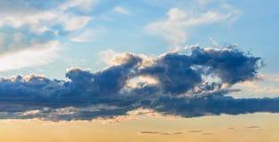 Le panorama rayonne le lever de soleil de coucher du soleil de nuages du soleil Photo stock