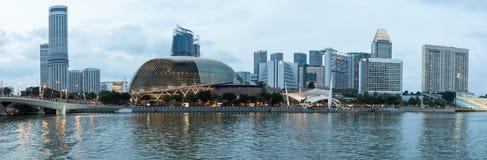 Le panorama a tiré du théâtre d'esplanade et des paysages urbains de Singapour dans C Photo stock
