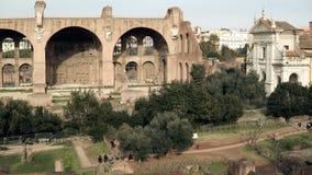 Le panorama vibrant de Rome en Italie inclut un large éventail de bâtiments antiques, voûte de Titus, Colosseum sur le fond banque de vidéos