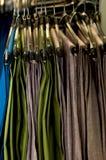 Le pantalon des hommes sur des cintres Photographie stock libre de droits