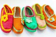 Le pantofole casalinghe tricottate luminose e variopinte Fotografia Stock Libera da Diritti