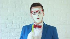 Le pantomime d'acteur d'homme et de petit déjeuner mange les légumes organiques banque de vidéos