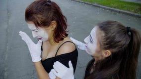 Le pantomime de fille pleure à la rue clips vidéos