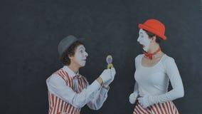 Le pantomime fait une proposition de mariage Photographie stock libre de droits