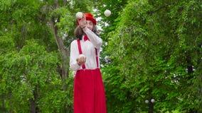 Le pantomime jongle en parc banque de vidéos