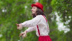 Le pantomime marche sur des échasses et la danse banque de vidéos