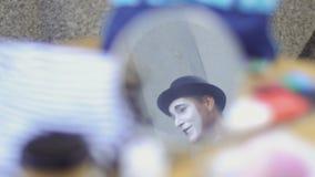 Le pantomime se reflètent dans le petit miroir banque de vidéos