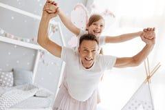 Le papa émotif énergique faisant son sentiment d'enfant aiment voler Photos libres de droits