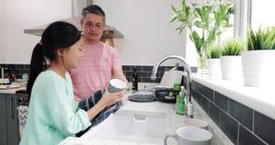 Le papa de aide font la vaisselle banque de vidéos