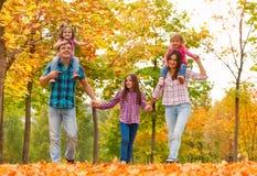 Le papa de maman et les petites filles marchent dans la forêt ensemble Photos libres de droits