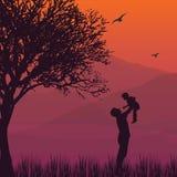 Le papa de silhouette supportent le fils de bébé pendant les moments heureux de paternité d'air Photos stock