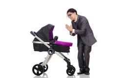 Le papa drôle avec le bébé et landau sur le blanc Photo stock