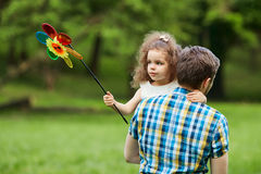 Le papa et l'enfant marchent en parc photos stock
