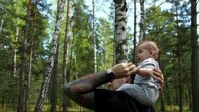 Le papa et la fille marchent dans les bois