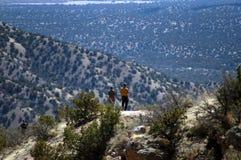 Le papa et le fils augmentent le dessus de la montagne Photo libre de droits