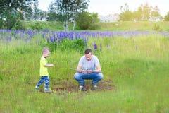 Le papa et le fils lancent un avion sur le contrôle par radio photographie stock libre de droits