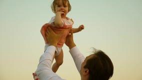 Le papa jette sa fille dans le ciel enfant heureux d'enfance avec des parents Le p?re a jet? la haute d'enfant Le concept d'a banque de vidéos