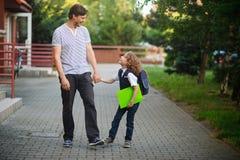 Le papa marche à l'école son fils Image stock