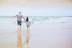 Le papa se sent comme l'enfant avec sa fille Photos libres de droits