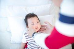 Le papa tient sa joue du ` s de fils avec affection beaux bébé et papa Lien de parenté parents en élevant un bébé Soin de chéri images stock