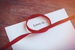 Le papier avec amour de mots est Image stock