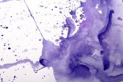 Le papier avec l'aquarelle lilas éclabousse photos libres de droits