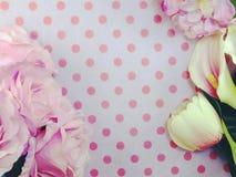 Le papier avec les fleurs artificielles et l'espace copient le fond Photos libres de droits