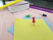 Le papier blanc coloré par bloc-notes de punaise écrivent le rose de marqueurs de note de concepteur en bois Image libre de droits