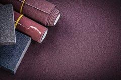 Le papier d'émeris roule les éponges de ponçage sur la feuille de polissage mA abrasif Image stock