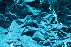 Le papier d'aluminium avec une coloration bleue violette trace Metal le concept décoratif de papier chiffonné minable et de la po Images libres de droits